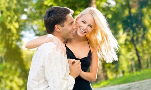 """sevdigini """"src ="""" http://bridesdating.com/upload/images/bir-erkegin-seni-sevdigini-nasil-anlarsin-544140845-min.jpg """"style ="""" height: 326px; marge en bas: 10 px; margin-top: 10 pixels; largeur: 550px """"/></p> <h3><strong>Que recherchent les femmes russes chez les hommes? </strong></h3> <p><strong>Élégance. </strong>L'un des proverbes russes fréquemment utilisés dit: """"Rencontrez-vous par des vêtements, voyez par l'esprit"""". Bien que ces femmes tiennent principalement à vos qualités morales et à vos capacités mentales, elles veulent également être avec des hommes attrayants. Faites attention à votre toilettage et à votre développement physique!</p> <p><strong>Intelligence. </strong>Les femmes russes sont célèbres pour leur esprit. Ils aiment les hommes qui peuvent leur apprendre des choses et élargir leur cercle d'intérêts. Une relation sérieuse implique beaucoup de discussions; votre petite amie russe sera impatiente de partager son esprit et de connaître votre âme.</p> <p><strong>Style gentleman. </strong>La façon dont vous vous comportez envers une femme russe est plus importante pour elle que votre argent, les cadeaux que vous lui offrez ou votre voiture rapide. Pour l'impressionner, vous devez parler poliment et directement, faire des gestes courtois et montrer à quel point vous êtes intéressé par elle.</p> <p><strong>Ouverture. </strong>Les rencontres internationales rassemblent des personnes d'horizons culturels différents. Pour bien comprendre une personne que vous souhaitez fréquenter, vous devez ouvrir votre esprit à de nouvelles choses. Apprenez la culture russe, racontez de grands faits sur votre pays et essayez de combler les lacunes de mentalité.</p> <p><strong>Sincérité. </strong>C'est ce que toutes les femmes russes recherchent chez un homme. En fait, ce trait est parmi les plus appréciés dans leur société. Il est inutile de prétendre être quelqu'un que vous n'êtes pas si vous cherchez une fille pour une connexion à long terme.</p> <p><strong>Proactivité"""