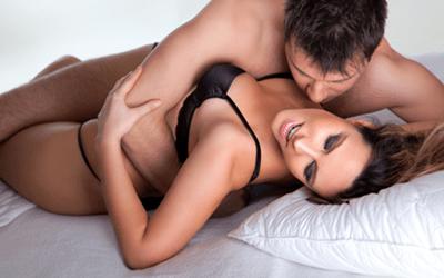"""couple-kissing """"src ="""" http://bridesdating.com/upload/images/couple-kissing-in-bed-ways-to-talk-about-sex-by-healthista_com_-min.jpg """"style ="""" height: 386px; marge en bas: 10 px; margin-top: 10 pixels; largeur: 600px """"/></p> <h3><strong>Comment pimenter votre vie sexuelle en 5 étapes</strong></h3> <p>À strictement parler, tout homme doit être conscient de ces moyens généraux d'améliorer sa vie sexuelle – cela fonctionne avec des femmes de tous les pays européens.</p> <p><strong>Soyez absorbé par l'éducation. </strong>L'éducation sexuelle, je veux dire. L'information est le principal trésor d'aujourd'hui. Plus vous en obtenez, plus vous trouvez d'idées pour pimenter la vie sexuelle. Lisez, regardez des films érotiques ou même du porno, assistez à une formation – c'est tout simplement excitant, n'est-ce pas? Personnellement, je vous suggère de tout faire avec votre partenaire pour approfondir votre connexion.</p> <p><strong>Changez l'ambiance.</strong> Parmi les façons courantes de pimenter votre sexe, choisissez de nouveaux endroits. Une nuit dans un motel à thème peut être plus efficace que la lecture d'une centaine de livres. Ou vous pouvez le faire chez vous – il y a probablement beaucoup d'endroits à l'extérieur de votre chambre à coucher. N'oubliez pas les décorations aussi!</p> <p><strong>Cherchez l'inspiration. </strong>Collectionnez des poses ou des techniques non conventionnelles pour pimenter votre vie sexuelle. Pas seulement en apprenant, mais en remarquant ceux de la vie courante. Il y a des œuvres d'art représentant le sexe, des publicités créatives, des audioguides ou des jeux de société érotiques. Choisissez ce qui vous convient le plus et essayez-le! </p> <p><strong>Diversifiez vos préliminaires. </strong>Les activités avant le sexe font partie intégrante du bon sexe avec les filles russes. En fait, les préliminaires qualitatifs importent parfois plus qu'un autre acte sexuel, car vous pouvez satisfaire votre femme même sans atteindre son point culmina"""